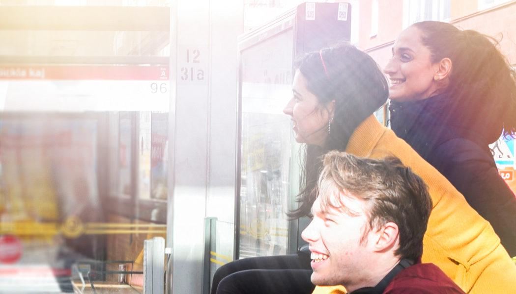 Ungdomar vid busshållplats.